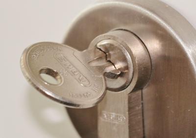 Proteger tu vivienda en vacaciones con cerradura segura