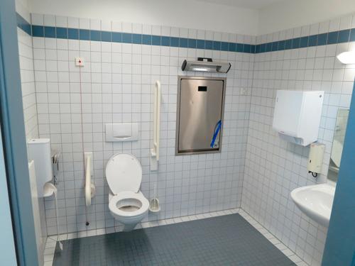 Baño adaptado para personas mayores o con movilidad reducida