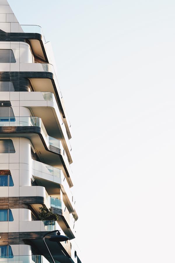 Edificio con terrazas y azotea impermeabilizadas